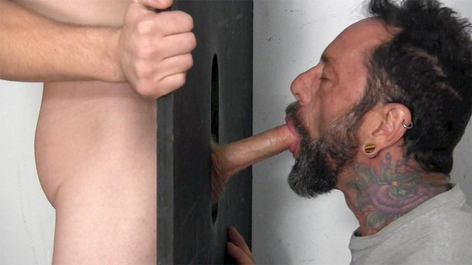 gay gloryhole de cerca